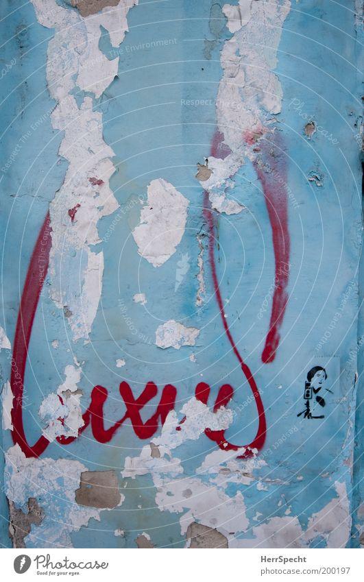 LuxuS Mauer Wand Zeichen Schriftzeichen Graffiti alt kaputt trashig Stadt blau rot weiß Verfall Vergänglichkeit Putzfassade Niveau Farbe Reichtum Farbfoto