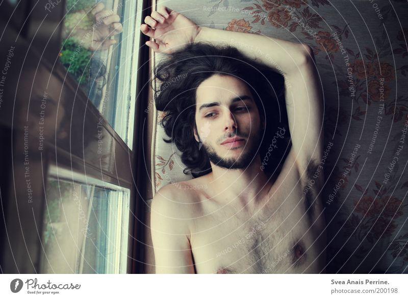 selten weniger. Mensch Jugendliche blau schön Einsamkeit ruhig Erwachsene gelb Fenster Haare & Frisuren Traurigkeit Zufriedenheit Haut natürlich liegen maskulin