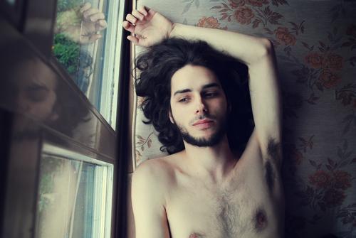 selten weniger. Zufriedenheit ruhig maskulin Junger Mann Jugendliche Haut Brust 1 Mensch 18-30 Jahre Erwachsene Haare & Frisuren schwarzhaarig langhaarig Locken