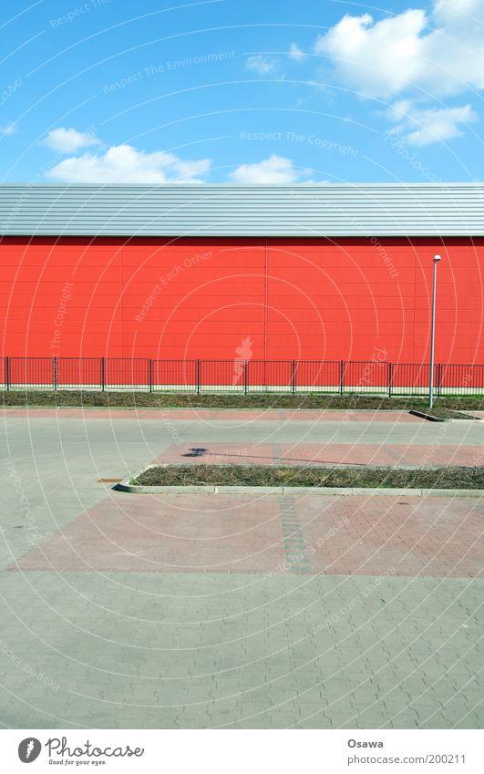 Feiertag Himmel Sonne blau rot Wolken Gebäude Architektur leer Rasen Zaun Lagerhalle Parkplatz Halle ausdruckslos Straßenbeleuchtung
