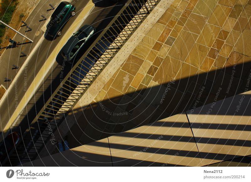 Mittagspause Sonne Stadt Straße PKW Linie Beine Straßenverkehr Pause Balkon Geometrie Dreieck Gebäude Dachgebälk Mittagspause