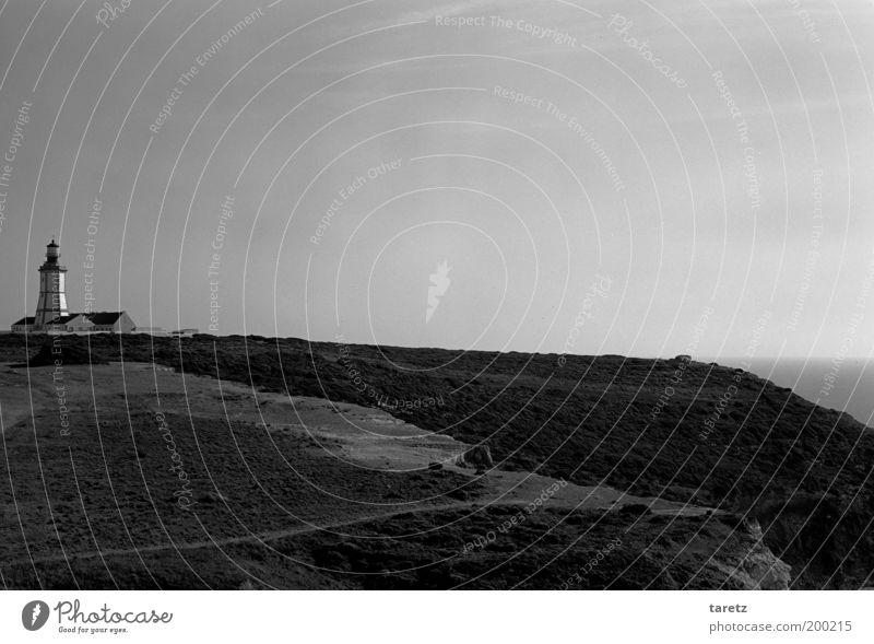Wegweiser Turm Leuchtturm Sehenswürdigkeit einfach Felsen Portugal Atlantik Aussicht Einsamkeit kahl Küste Wege & Pfade ruhig Außenposten