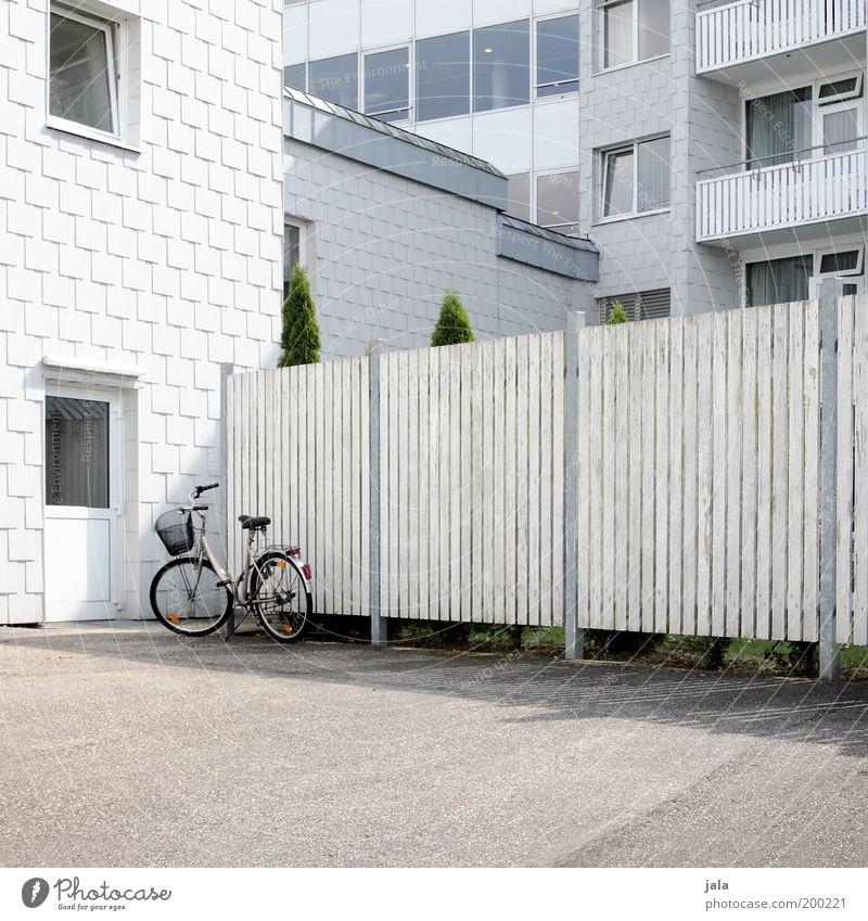 parkplatz Pflanze Haus Bauwerk Gebäude Architektur Fassade Balkon Fenster Tür Fahrrad ästhetisch Sauberkeit grau weiß Farbfoto Außenaufnahme Menschenleer Tag