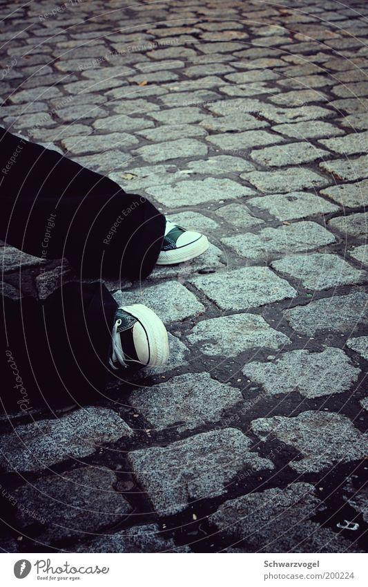 Bodenbrötchen wartet auf den Bus Mensch Jugendliche grün schwarz ruhig Straße grau Stil Beine Fuß Zufriedenheit Schuhe sitzen warten Lifestyle