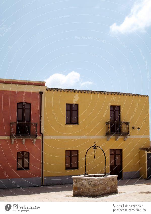 Tratalias Haus Gebäude Altstadt Sardinien tratalias Fassade Farbe Denkmalschutz Pflastersteine leer ruhig Italien Häuserzeile sulcis gelb rosa Fenster Brunnen