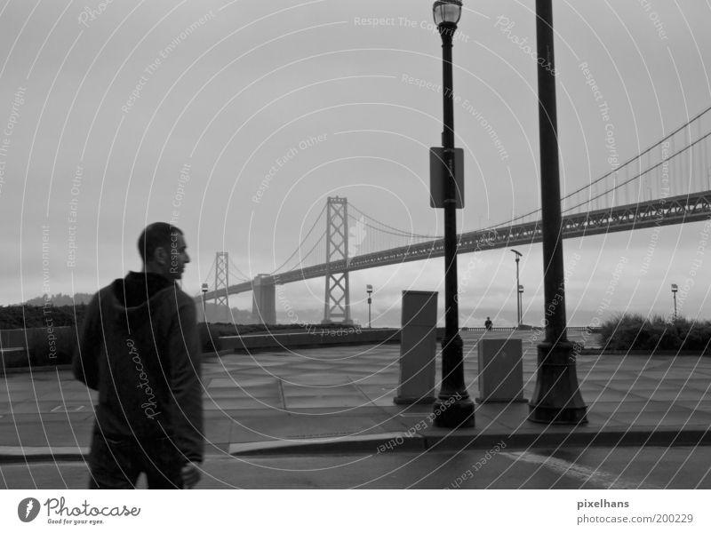 Links - Rechts - Blick Sightseeing Städtereise Jacke kurzhaarig gehen Nebel Laterne Brücke Straße San Francisco Regen Straßenbeleuchtung Mann 1 Schwarzweißfoto