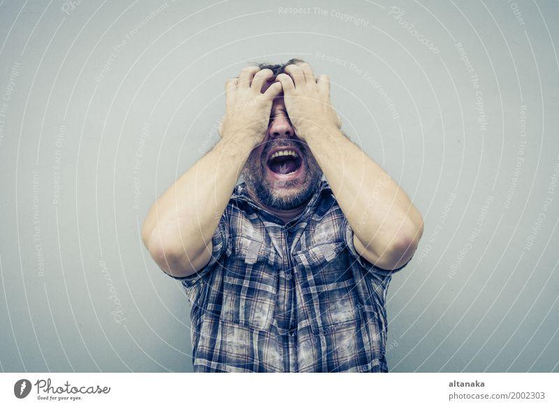 Porträt eines traurigen Mannes, der an einer Wand steht und sein Gesicht am Tag bedeckt Mensch Junge Erwachsene Familie & Verwandtschaft Hand Traurigkeit Wut