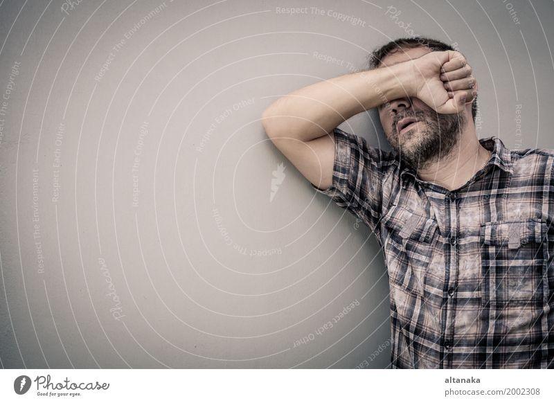 Porträt ein trauriger Mann Mensch Hand Einsamkeit Gesicht Erwachsene Traurigkeit Gefühle Junge Familie & Verwandtschaft Angst Trauer Wut Schmerz Stress