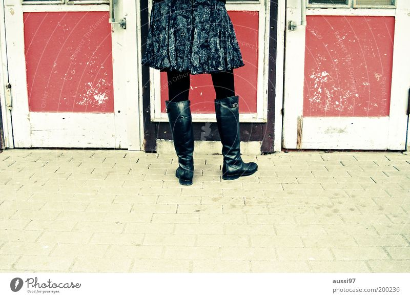 Lasset ein, Wirt! Frau alt Tür Gastronomie Dame Rock Bürgersteig Eingang Stiefel Leder Strumpfhose anonym Lack Schuhe veraltet Verkehr