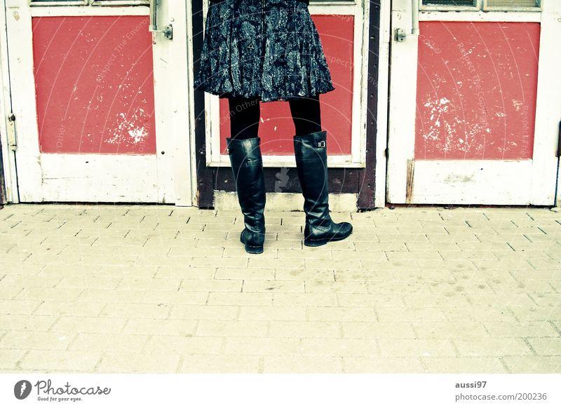 Lasset ein, Wirt! Rock Stiefel Strumpfhose Tür Kneipe Eingang Dame Lack Leder Frau 1 anonym Bürgersteig veraltet Gastronomie