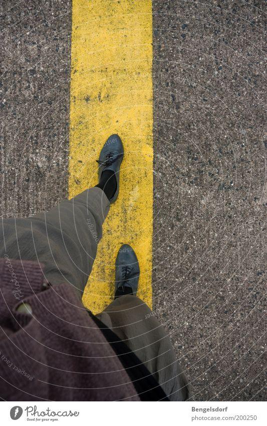 Let us continue our story Mensch gelb Stil Wege & Pfade Beine Linie Fuß Arbeit & Erwerbstätigkeit Schuhe elegant gehen Ausflug laufen Design Beginn lernen