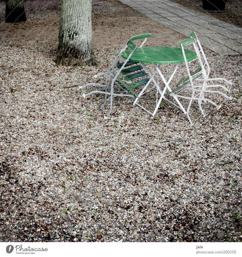 eigentlich ist jetzt biergartenzeit... Baumstamm Tisch Gartentisch Stuhl trist Biergarten Farbfoto Außenaufnahme Menschenleer Tag geschlossen Nebensaison Park