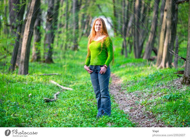 Recht glückliche Frau mit dem roten langen Haar Mensch Natur Jugendliche blau Sommer Junge Frau schön grün Baum Freude Wald 18-30 Jahre Gesicht Erwachsene