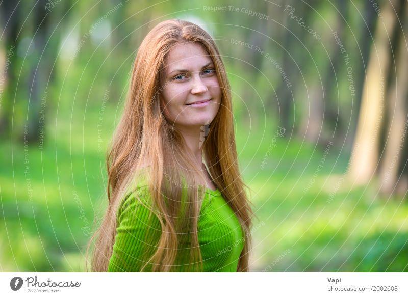 Recht glückliche Frau mit dem roten langen Haar Mensch Natur Jugendliche Sommer Junge Frau schön grün Baum Freude Wald 18-30 Jahre Gesicht Erwachsene gelb