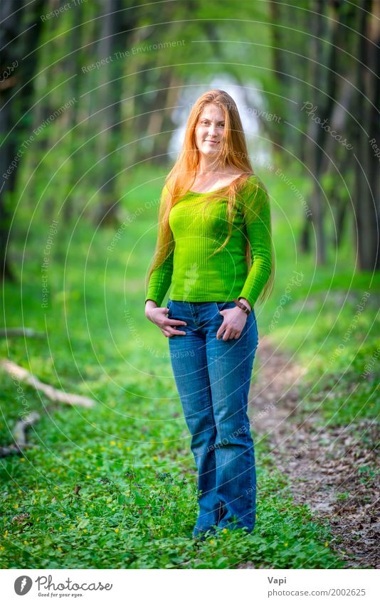 Recht glückliche Frau mit dem roten langen Haar Mensch Natur Jugendliche Pflanze blau Sommer Junge Frau schön grün Baum Freude Mädchen Wald 18-30 Jahre