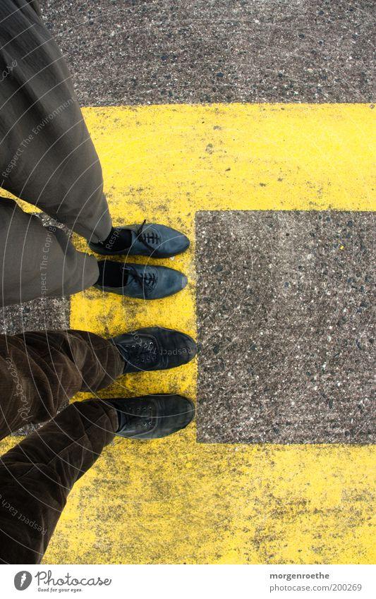 waiting for a new life Mensch Mann Jugendliche Erwachsene gelb grau Stein Beine Paar Freundschaft Fuß 2 Linie braun Zusammensein Schuhe