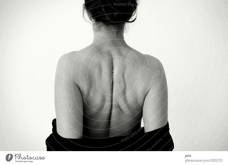 winterspeck Mensch feminin Frau Erwachsene Körper Rücken 1 dick nackt natürlich Mut Akzeptanz Übergewicht Schwarzweißfoto Innenaufnahme Hintergrund neutral Tag