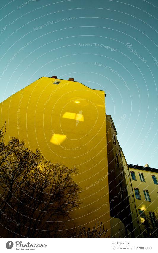 Gelbes Haus in Schöneberg Himmel Himmel (Jenseits) Stadt Wolken Fenster Architektur Wand Mauer Fassade Textfreiraum Häusliches Leben Wetter Wohnhaus
