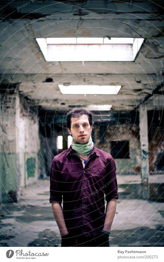ruinenzeugs Mensch maskulin Junger Mann Jugendliche 1 18-30 Jahre Erwachsene Gebäude Fenster Hemd Halstuch schwarzhaarig Bart stehen ästhetisch dünn grün