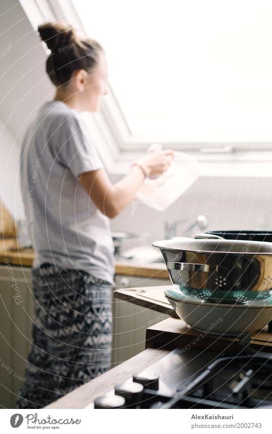 Junge Hausfrau, die das Geschirr wäscht Mensch Jugendliche Junge Frau Freude 18-30 Jahre Erwachsene Leben Lifestyle Innenarchitektur Familie & Verwandtschaft