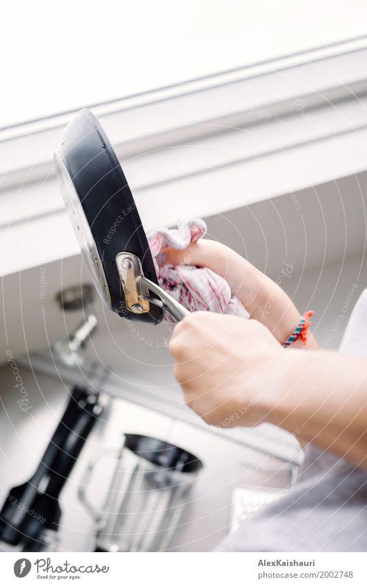 Junge Frau beim Abwasch Mensch Jugendliche Hand Haus Fenster 18-30 Jahre Erwachsene Leben Lifestyle Innenarchitektur Familie & Verwandtschaft Wohnung frisch