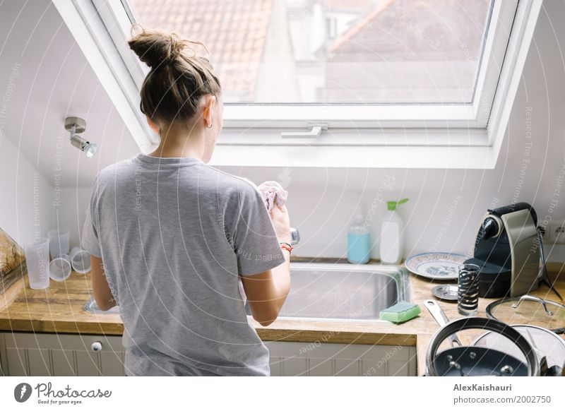 Hausfrau, die das Geschirr im Modus wäscht Frau Mensch Jugendliche Fenster 18-30 Jahre Erwachsene Leben Lifestyle Innenarchitektur feminin Wohnung frisch Europa