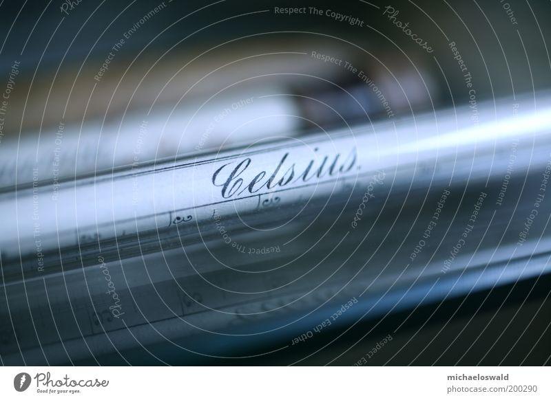 Fiebermesser blau schwarz dunkel braun Glas ästhetisch Schriftzeichen Ziffern & Zahlen historisch Messinstrument Grad Celsius Gerät Nahaufnahme Licht Temperatur