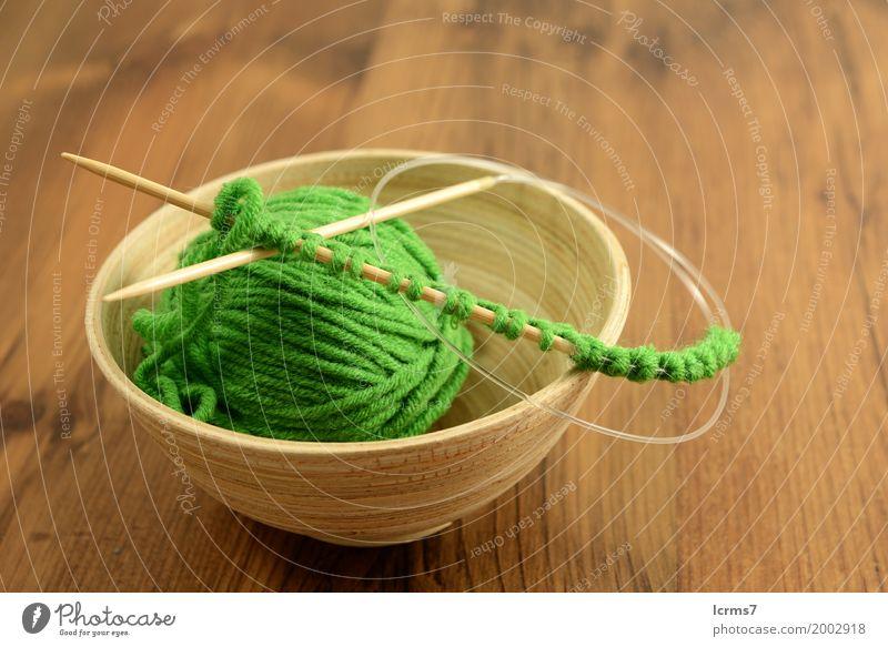 grünes Wollknäuel in Holzschale Winter Wärme Hintergrundbild Mode Design Freizeit & Hobby ästhetisch Schnur Material altehrwürdig Schalen & Schüsseln Knoten