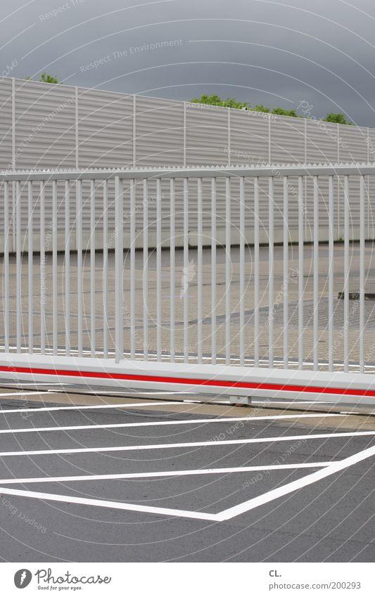 streifenwelt Himmel Wolken grau Linie geschlossen Ordnung Platz Perspektive Sicherheit Tor Zaun Grenze Langeweile Barriere Parkplatz Symmetrie