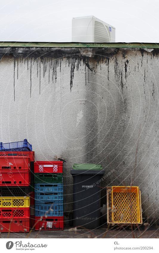 speisereste alt Wand Mauer dreckig Vergänglichkeit Kunststoff Müll Kasten Restaurant trashig Verfall Kiste Hinterhof Container Korb hässlich