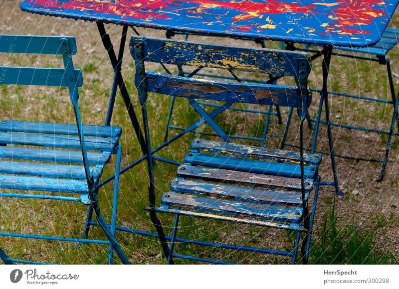 Waiting for the summer blau rot Garten Holz Wassertropfen nass Tisch Stuhl verfallen Biergarten Gastronomie Klappstuhl Gartenstuhl Gartentisch Farbschicht
