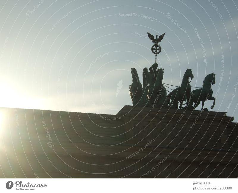 Brandenburger Tor alt Sonne Ferien & Urlaub & Reisen Berlin Freiheit elegant Tourismus Pferd Sightseeing Sehenswürdigkeit Hauptstadt Städtereise Brandenburger Tor Unter den Linden Pariser Platz Ost-West-Achse