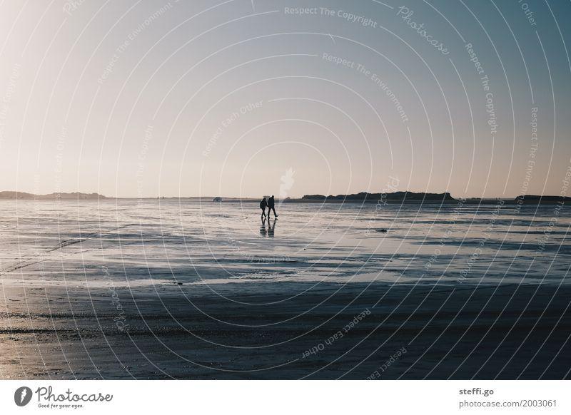am Strand Mensch Ferien & Urlaub & Reisen Meer Erholung Einsamkeit Ferne Küste feminin Familie & Verwandtschaft Freiheit Paar Tourismus Freundschaft Horizont