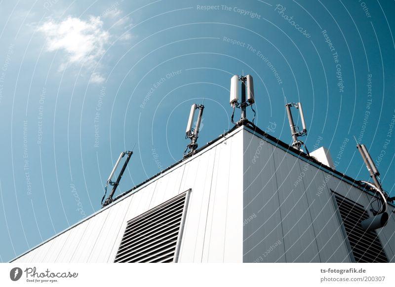 Babel II Himmel blau weiß Wand oben Mauer hoch Dach Technik & Technologie Kommunizieren Telekommunikation Schönes Wetter hören Informationstechnologie Kontrolle Strahlung