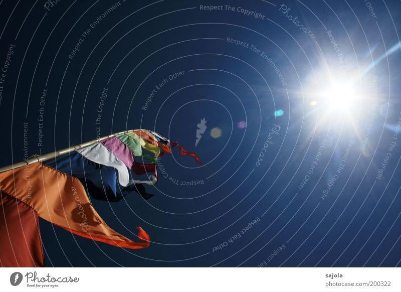 fahne in wind und sonne Himmel Wolkenloser Himmel Sonne Sonnenlicht blau grün rot weiß Fahne Fahnenmast flattern orange Windfahne Blendenfleck leuchten