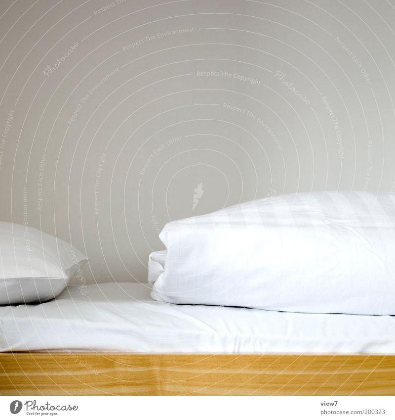 im Bett bleiben ... Häusliches Leben einrichten Innenarchitektur Möbel Raum Schlafzimmer Holz Linie ästhetisch authentisch dünn einfach kuschlig positiv