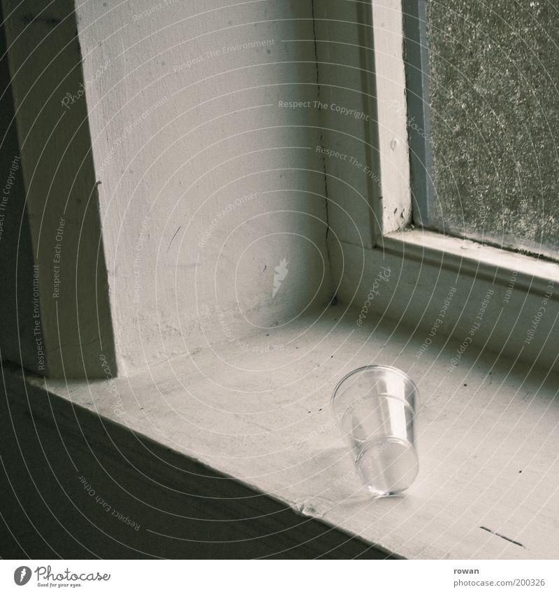 leer Tasse Becher Vergänglichkeit Kunststoff Plastikbecher Fenster Fensterscheibe Fensterbrett weiß Müll Farbfoto Innenaufnahme Menschenleer Textfreiraum links