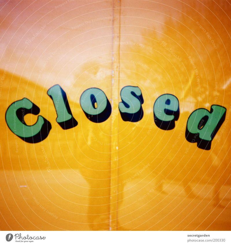 der spiegel der gesellschaft. grün gelb Wand Mauer Linie Tür geschlossen Schriftzeichen retro Hinweisschild Ende Bauwerk Spiegel Zeichen Club bizarr