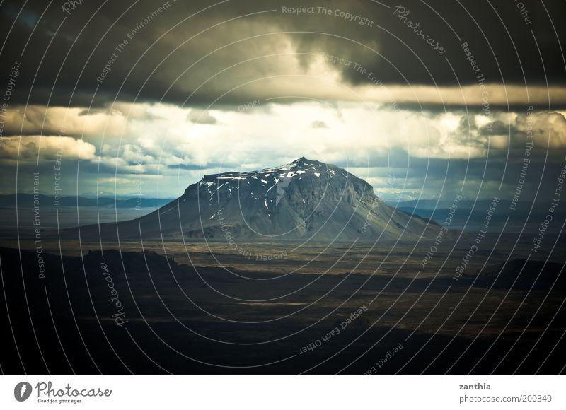 Herðubreið Natur Landschaft Urelemente Erde Himmel Wolken Gewitterwolken Horizont Sonnenlicht Sommer Berge u. Gebirge Gipfel Schneebedeckte Gipfel Stein