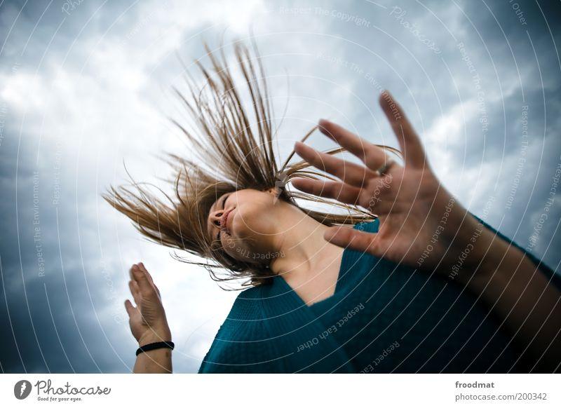 you have to dance Frau Jugendliche schön Freude Wolken feminin Bewegung Musik Haare & Frisuren Zufriedenheit Tanzen Erwachsene wild Lebensfreude Leidenschaft