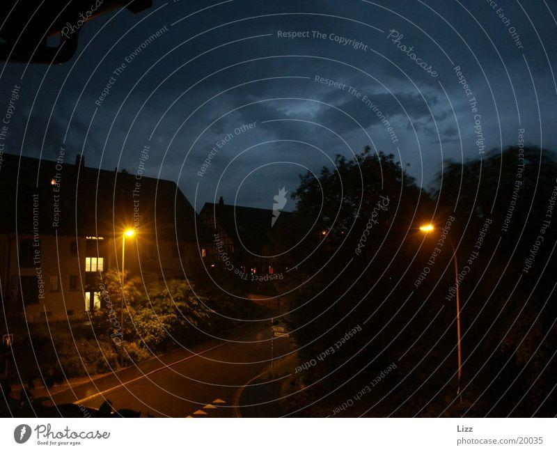 Nachtaufnahme Straße Lampe Gewitter Abenddämmerung