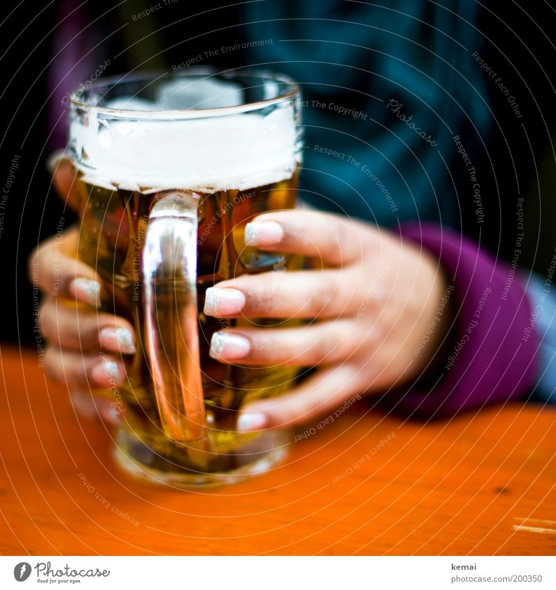 Vatertags-Bier Lebensmittel Getränk trinken Alkohol Bierschaum Glas Bierkrug Feste & Feiern Maria Himmelfahrt feminin Junge Frau Jugendliche Erwachsene Hand