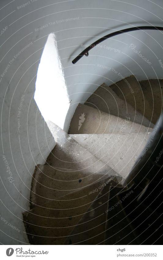 Treppenlicht weiß schwarz Wand Fenster Mauer braun historisch Geländer abwärts Treppengeländer Treppenhaus Vogelperspektive Perspektive