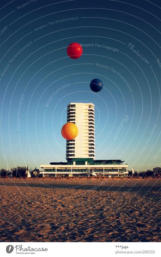 grundfarben b. Hochhaus mehrfarbig Architektur Beton Fassade Gebäude Farbe Sand Strand Sandstrand Urlaubsstimmung Urlaubsort Warnemünde Ball Kugel fliegen