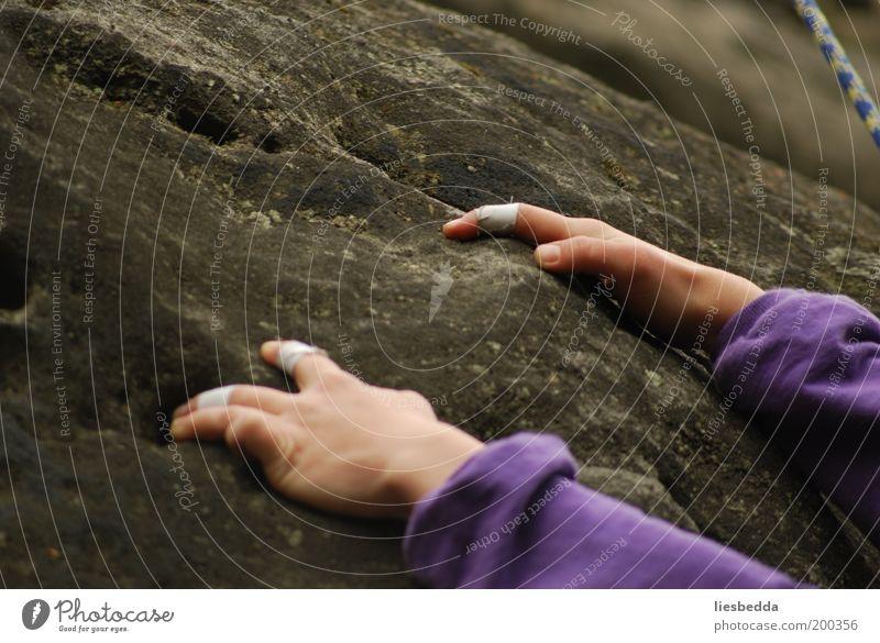 Freiheit hoch hinaus Mensch Hand Erde Felsen Abenteuer Finger Klettern festhalten Vertrauen Bergsteigen aufsteigen Bergsteiger Sport Gefühle Kletterseil