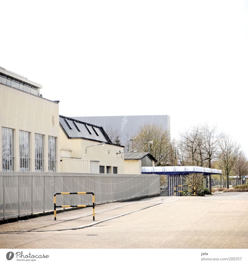 An einem Sonntag im Mai... Fabrik Industrie Handel Haus Industrieanlage Platz Bauwerk Gebäude Architektur ästhetisch Eingang Farbfoto Außenaufnahme Menschenleer
