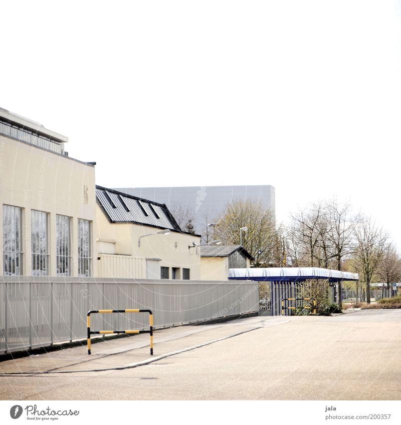An einem Sonntag im Mai... Haus Gebäude Architektur Industrie ästhetisch Platz Fabrik Bauwerk Eingang Zaun Handel Industrieanlage Fabrikhalle Produktionsstätte