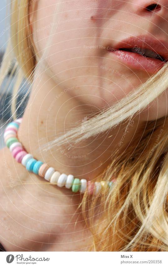 Zuckerhals Jugendliche schön Haare & Frisuren Mund Erwachsene Lebensmittel süß Lippen lecker Süßwaren Frau Halskette Bildausschnitt Junge Frau Farbe Perlenkette
