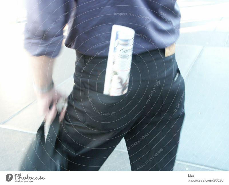 Pose Körperhaltung Zeitung Mann schwarze Jeans Hinterteil Business Geschäftsmann