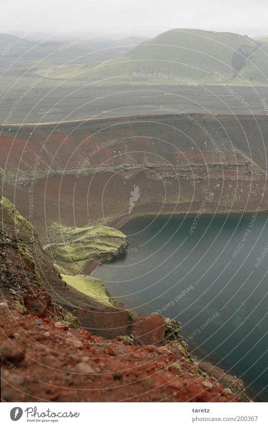 Tanz auf dem Vulkan Umwelt Natur Landschaft schlechtes Wetter außergewöhnlich Island See Vulkankrater Geröll Stein Moos Hügel ruhig erhaben kalt Mineralien